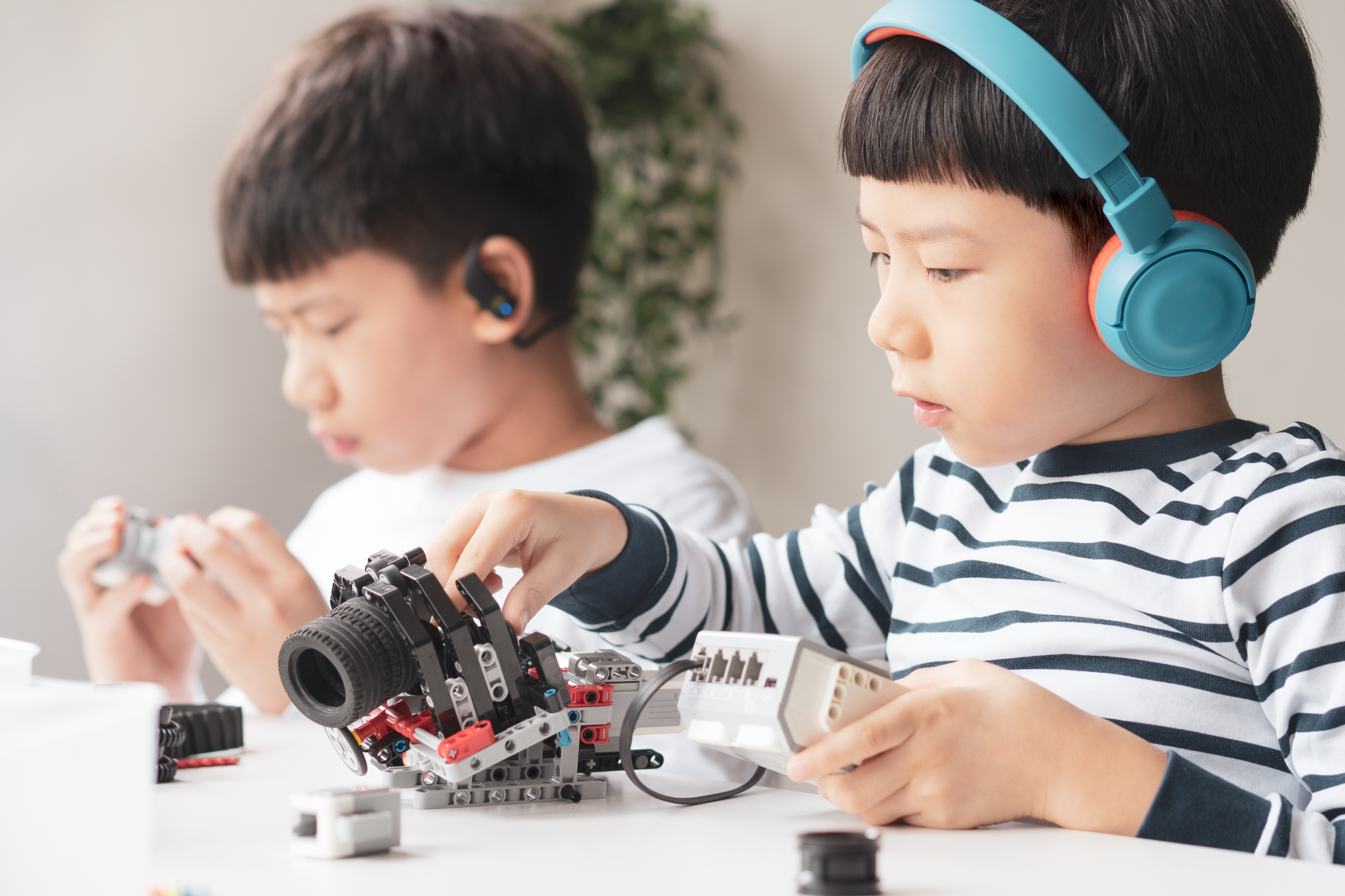 2 kids playing with electronics